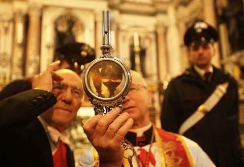 Il sangue di San Gennaro si è sciolto alle 17.50. Su Twitter in volo l'hashtag #squagliagennà
